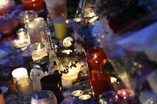 Des-bougies-en-hommage-aux-victimes-des-attentats-devant-le-Bataclan-le-15-novembre-2015_afp-article